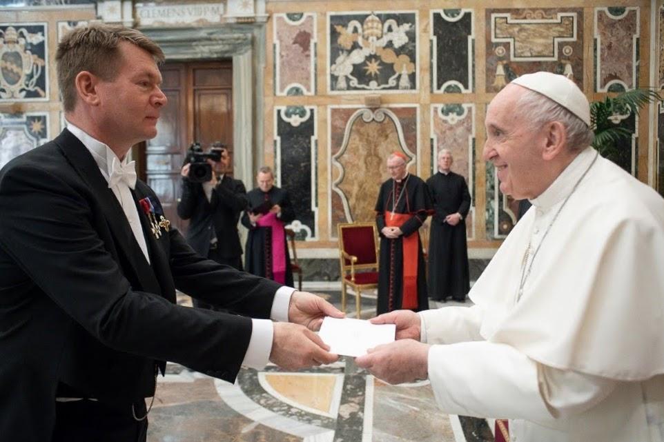 Suurlähettiläs Kalle Kankaanpää ja paavi Franciscus